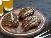 开胃烤肉牛排和低度黄啤酒 关闭 库存图片