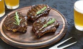 开胃烤肉牛排和低度黄啤酒 关闭 免版税库存照片