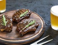 开胃烤肉牛排和低度黄啤酒 关闭 免版税库存图片