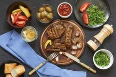 开胃烤肉牛排在饭桌上在有新鲜蔬菜、橄榄和酒的一家餐馆 意大利传统 库存图片