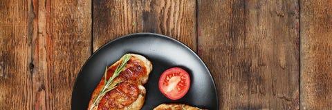 开胃烤肉牛排用迷迭香 顶面veiw 免版税库存照片