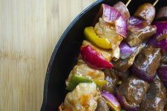 开胃烤肉肉香肠和菜在串 免版税库存照片
