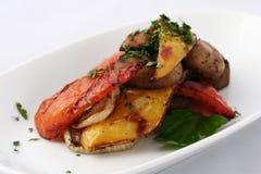 开胃烤菜-甜椒辣椒粉-红色和黄色用蘑菇和绿色 库存照片