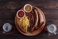 开胃烤香肠和炸薯条服务与辣t 库存图片