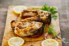 开胃烤鱼编结用在委员会的荷兰芹 免版税库存图片