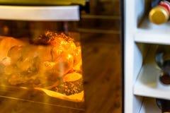 开胃烤鸡火鸡用桔子切蔓越桔和草本在烤箱 库存照片