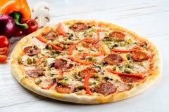 开胃热的意大利薄饼用乳酪、蒜味咸腊肠和胡椒在r 库存图片
