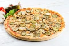 开胃热的意大利薄饼用乳酪、蘑菇和黄瓜 库存图片