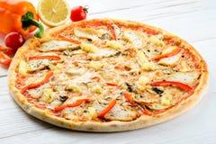 开胃热的意大利薄饼用肉、菠萝和胡椒 库存照片