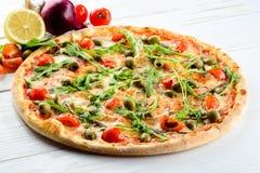 开胃热的意大利薄饼用肉、蕃茄和橄榄在r 免版税库存图片