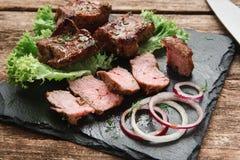 开胃热的烤肉在黑板岩服务 库存图片