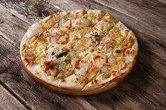 开胃热的薄饼用乳酪和火腿,顶视图 免版税库存照片