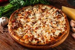 开胃热的薄饼 alla茄子背景烹调新鲜的意大利norma荷兰芹意大利面食意粉蕃茄传统白色 免版税图库摄影