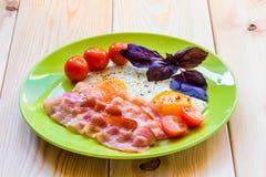 开胃煎蛋用在板材的烟肉 图库摄影