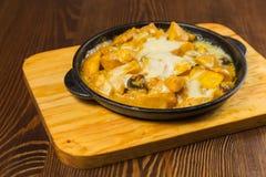 开胃煮熟的油煎的肉和菜 库存图片