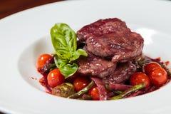 开胃煮熟的油煎的肉和菜 免版税库存照片