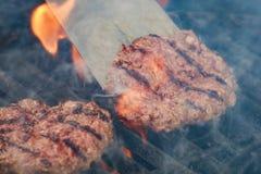 开胃牛肉汉堡包在格栅栅格烤 免版税库存图片