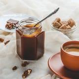 开胃瓶子焦糖果酱和咖啡 免版税图库摄影