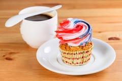 开胃甜点心 与五颜六色的奶油和杯子的杯形蛋糕  库存图片
