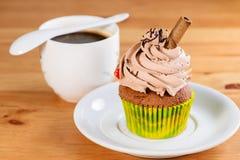 开胃甜点心 与五颜六色的奶油和cinnam的杯形蛋糕 免版税图库摄影
