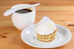 开胃甜点心 与奶油和杯子的白色釉杯形蛋糕 图库摄影