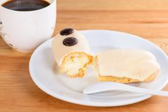 开胃甜点心 与奶油和杯子的白色釉杯形蛋糕 库存图片