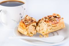 开胃甜点心 与奶油的杯形蛋糕和坚果和杯子  免版税库存图片