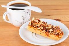 开胃甜点心 与奶油的杯形蛋糕和坚果和杯子  库存图片