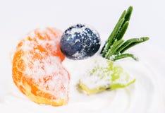 开胃甜点心 与奶油的白色釉杯形蛋糕,橙色 库存照片