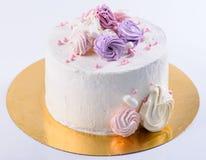开胃甜点心 与奶油色玫瑰的白色釉蛋糕在l 库存图片