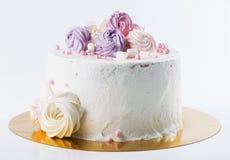 开胃甜点心 与奶油色玫瑰的白色釉蛋糕在l 免版税库存照片