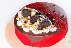 开胃甜点心 黑暗的釉蛋糕用曲奇饼和果酱o 库存图片
