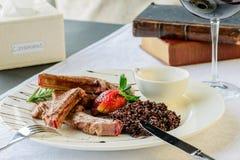 开胃盘在餐馆:媒介rar水多的羊肉肋骨  免版税图库摄影