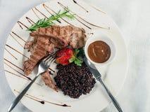开胃盘在餐馆:媒介rar水多的羊肉肋骨  图库摄影