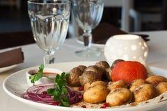 开胃盘用土豆,蘑菇,蕃茄 免版税图库摄影