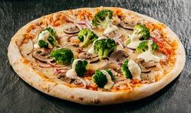 开胃硬花甘蓝、无盐干酪和蘑菇薄饼 免版税图库摄影
