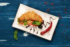 开胃素食者三明治和橄榄在碗 免版税图库摄影