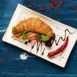 开胃素食者三明治和橄榄在碗 库存照片