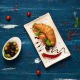 开胃素食者三明治和橄榄在碗 免版税库存图片