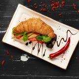 开胃素食者三明治和橄榄在碗 免版税库存照片