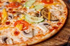 开胃素食薄饼用蕃茄,夏南瓜,茄子, oli 免版税图库摄影