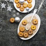 开胃红润传统油炸圈饼用糖和桂香在一个卵形盘在灰色难看的东西时髦背景与a 免版税库存图片