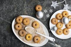 开胃红润传统油炸圈饼用糖和桂香在一个卵形盘在灰色难看的东西时髦背景与a 库存照片