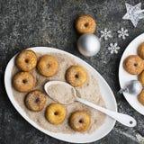 开胃红润传统油炸圈饼用糖和桂香在一个卵形盘在灰色难看的东西时髦背景与a 免版税图库摄影