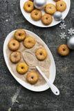 开胃红润传统油炸圈饼用糖和桂香在一个卵形盘在灰色难看的东西时髦背景与a 图库摄影