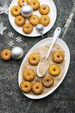开胃红润传统油炸圈饼用糖和桂香在一个卵形盘在灰色难看的东西时髦背景与a 库存图片