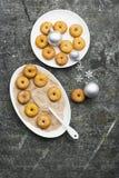 开胃红润传统油炸圈饼用糖和桂香在一个卵形盘在灰色难看的东西时髦背景与a 免版税库存照片