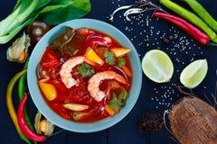 开胃红色咖喱汤用大虾和米线,平的位置 免版税库存照片