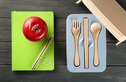 开胃红色苹果和午餐盒 库存图片
