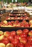 开胃红色苹果在大存储 免版税库存照片
